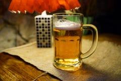 杯低度黄啤酒在一家krogs餐馆在拉脱维亚 库存图片
