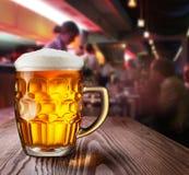 杯低度黄啤酒 免版税图库摄影
