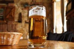 杯低度黄啤酒 库存照片