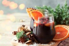 杯冬天和圣诞节的拳打用果子和酒 库存图片