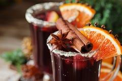 杯冬天和圣诞节的拳打用果子和酒 图库摄影