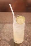 杯冰柠檬汁 免版税库存照片