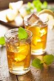 杯冰茶用柠檬和蜜蜂花 免版税图库摄影