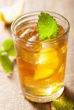 杯冰茶用柠檬和蜜蜂花 库存图片