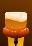 杯冰镇啤酒和香肠在棕色背景 库存照片