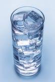 杯冷的矿泉水。 免版税图库摄影