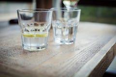 杯净水用柠檬 免版税库存图片