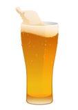 杯可口新鲜的冰镇啤酒 免版税库存图片