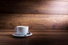 杯可口新鲜的热的热奶咖啡 免版税库存图片