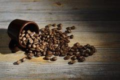 杯和咖啡豆在木背景 库存照片