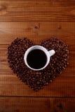 杯和咖啡豆心脏 免版税库存照片