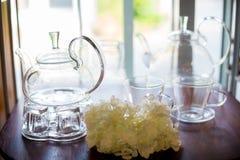 杯和水壶玻璃在架子 图库摄影