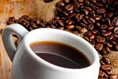 杯和烤咖啡豆 图库摄影