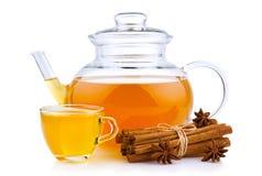 杯和玻璃茶壶用在白色隔绝的香料 免版税图库摄影