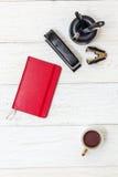 杯咖啡和笔记薄在白板 图库摄影