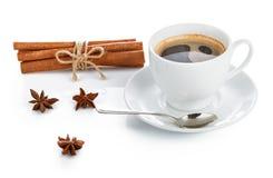 杯咖啡用香料桂香和茴香 免版税库存图片