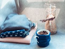 杯咖啡豆,温暖的毛衣,装饰用被带领的光,侧视图点 图库摄影
