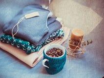 杯咖啡豆,片剂和温暖的毛衣,装饰用被带领的光,顶视图点 图库摄影