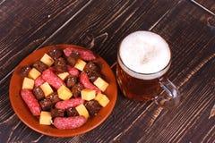杯啤酒、乳酪和熏制的香肠 库存图片