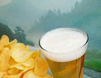 杯啤酒和土豆片 免版税库存照片