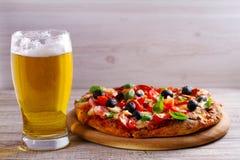 杯啤酒和比萨在木桌上 啤酒和食物概念 侥幸 库存图片
