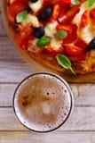 杯啤酒和比萨在木桌上 啤酒和食物概念 侥幸 图库摄影