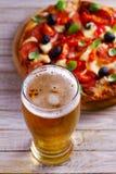 杯啤酒和比萨在木桌上 啤酒和食物概念 侥幸 库存照片