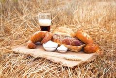 杯啤酒或俄国啤酒和面包在桌布 库存图片