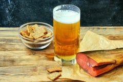 杯啤酒,熏制鲑鱼,面包渣 库存图片