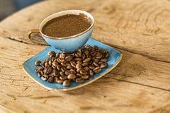 杯土耳其咖啡用咖啡豆 免版税库存照片