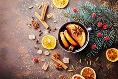 杯圣诞节仔细考虑了酒或gluhwein用香料和橙色切片在土气台式视图 传统饮料在冬天 免版税图库摄影