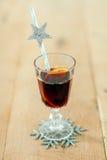 杯圣诞节被仔细考虑的酒 图库摄影