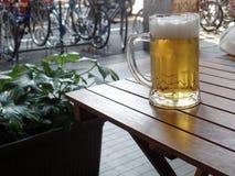 杯在一个室外大阳台的啤酒 免版税库存照片