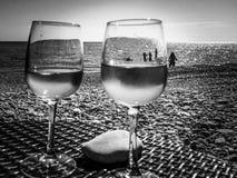 杯在一个海滩的玫瑰酒红色在法国海滨 免版税库存图片