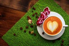 杯在一个选材台上的热奶咖啡 库存照片