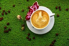 杯在一个选材台上的热奶咖啡 免版税库存图片