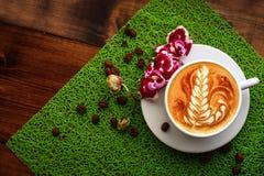 杯在一个选材台上的热奶咖啡 库存图片