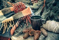 杯在一张土气木桌上的热的茶 锥体静物画,麻线,粗麻绳,冷杉分支 圣诞节 免版税图库摄影