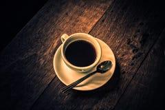 杯在一张木桌上的热的咖啡 库存图片