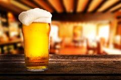杯在一张桌上的啤酒在客栈 库存图片
