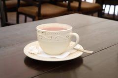 杯在一张桌上的姜茶在餐馆 库存图片