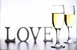 杯在一张桌上的白葡萄酒在白色背景孤立 库存照片