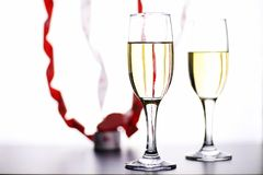 杯在一张桌上的白葡萄酒在白色背景孤立 免版税库存图片