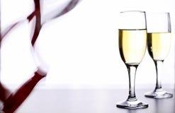 杯在一张桌上的白葡萄酒在白色背景孤立 图库摄影