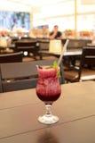 杯在一张桌上的Mulled加香料的热葡萄酒在餐馆 库存照片