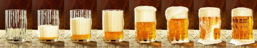 杯在一张老木桌上的啤酒 酒精销售  啤酒全景 免版税库存照片