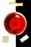 杯在上面的红葡萄酒 免版税库存照片