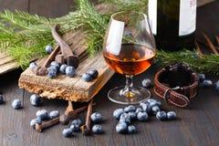 杯在农村木桌上的白兰地酒 免版税库存照片