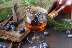 杯在农村木桌上的白兰地酒 库存照片