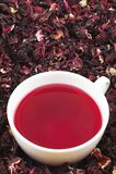 杯在叶子的木槿茶 免版税库存照片